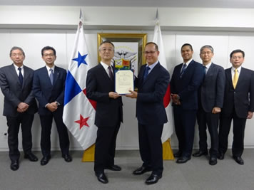 Ambassador Diaz of Panama presents the certificate